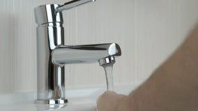 Η πλύση προσώπων παραδίδει το νεροχύτη του λουτρού του ξενοδοχείου φιλμ μικρού μήκους