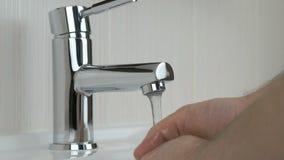 Η πλύση προσώπων παραδίδει το νεροχύτη του λουτρού του ξενοδοχείου απόθεμα βίντεο