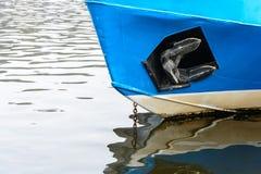 Η πλώρη της κυκλοφορίας σκαφών στην επιφάνεια του ποταμού Στοκ Εικόνες