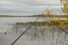Η ράβδος αλιείας βρίσκεται στην αποβάθρα Στοκ φωτογραφίες με δικαίωμα ελεύθερης χρήσης