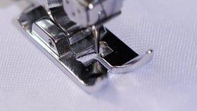 Η ράβοντας βελόνα κάνει τη λογαριασμένη ραφή κίνηση αργή απόθεμα βίντεο