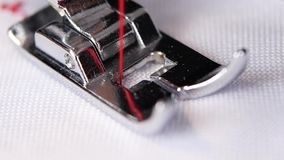Η ράβοντας μηχανή εκτελεί το αρχικό λεπτό κόκκινο νήμα βελονιών κίνηση αργή απόθεμα βίντεο
