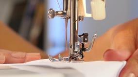 Η ράβοντας μηχανή, η βελόνα διαπερνά το ύφασμα κλείστε επάνω φιλμ μικρού μήκους