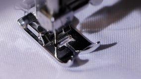 Η ράβοντας μηχανή κάνει μια βελονιά του μαύρου νήματος κίνηση αργή απόθεμα βίντεο