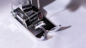 Η ράβοντας μηχανή κάνει τη βελονιά τρεκλίσματος κλείστε κίνηση αργή φιλμ μικρού μήκους