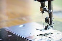 Η ράβοντας μηχανή και το στοιχείο του ιματισμού, η λεπτομέρεια της ράβοντας μηχανής και τα ράβοντας εξαρτήματα, παλαιά ράβοντας μ Στοκ εικόνες με δικαίωμα ελεύθερης χρήσης