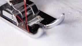 Η ράβοντας μηχανή ράβει ένα άσπρο μαύρο νήμα υφασμάτων Μακροεντολή απόθεμα βίντεο