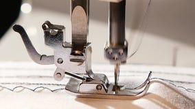Η ράβοντας μηχανή ράβει μια βελονιά τρεκλίσματος κίνηση αργή φιλμ μικρού μήκους