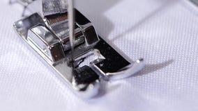 Η ράβοντας μηχανή ράβει μια βελονιά τρεκλίσματος κλείστε επάνω κίνηση αργή φιλμ μικρού μήκους