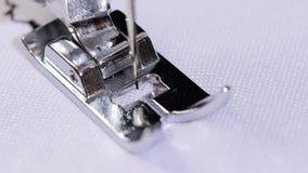 Η ράβοντας μηχανή ράβει μια διακοσμητική βελονιά σε σε αργή κίνηση φιλμ μικρού μήκους