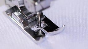 Η ράβοντας μηχανή ράβει μια λογαριασμένη βελονιά σε σε αργή κίνηση απόθεμα βίντεο