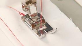 Η ράβοντας μηχανή ράβει την ευθεία βελονιά κίνηση αργή φιλμ μικρού μήκους