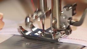 Η ράβοντας μηχανή ράβει την ευθεία βελονιά κίνηση αργή απόθεμα βίντεο