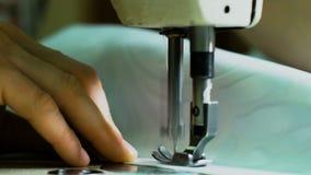 Η ράβοντας μηχανή ράβει το άσπρο ύφασμα Κινηματογράφηση σε πρώτο πλάνο του ραψίματος του υφάσματος Ένα μεγάλο μέρος της ράβοντας  απόθεμα βίντεο