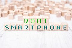 Η ρίζα Smartphone λέξεων που διαμορφώνεται από τους ξύλινους φραγμούς σε έναν άσπρο πίνακα στοκ φωτογραφία με δικαίωμα ελεύθερης χρήσης
