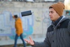 Η ρίψη καλλιτεχνών γκράφιτι μπορεί να χρωματίσει στον αέρα Στοκ Εικόνες