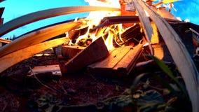 Η ρίψη των ξύλινων ραβδιών πινάκων στη φωτιά, ανοίγει πυρ απόθεμα βίντεο
