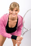 η ρακέτα παικτών εξυπηρετεί τις χαμογελώντας νεολαίες γυναικών αντισφαίρισης Στοκ Εικόνα