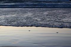 Η ροή της ωκεάνιας κινηματογράφησης σε πρώτο πλάνο νερού στο ηλιοβασί στοκ φωτογραφία με δικαίωμα ελεύθερης χρήσης