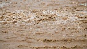 Η ροή του βρώμικου νερού μετά από την πλημμύρα απόθεμα βίντεο