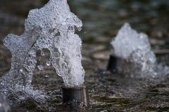 Η ροή του νερού από τους σωλήνες πηγών στοκ εικόνα με δικαίωμα ελεύθερης χρήσης