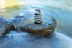Η ροή του νερού μέσω των βράχων σε ένα ρεύμα στη γιαγιά Pua WANG στοκ φωτογραφία