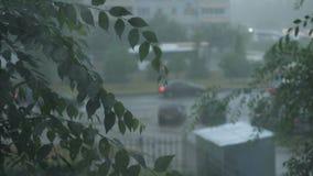 Η ροή των αυτοκινήτων μια βροχερή ημέρα απόθεμα βίντεο