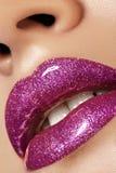 Η ροδανιλίνη γοητείας σχολιάζει τη χειλική σύνθεση Πυροβολισμός ομορφιάς μόδας makeup Τα θηλυκά προκλητικά πλήρη χείλια κινηματογ στοκ φωτογραφίες