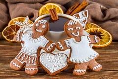 Η ρομαντική ακόμα ζωή στα Χριστούγεννα θέματος ή το νέο έτος - σπιτικά μελοψώματα Χριστουγέννων με ένα φλιτζάνι του καφέ Στοκ εικόνα με δικαίωμα ελεύθερης χρήσης