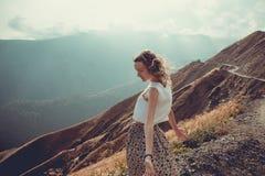 Η ρομαντική ελεύθερη νέα γυναίκα με τον αέρα τρίχας απολαμβάνει την αρμονία με τη φύση και το καθαρό αέρα πεδίο πικραλίδων ενδυμά στοκ εικόνα με δικαίωμα ελεύθερης χρήσης