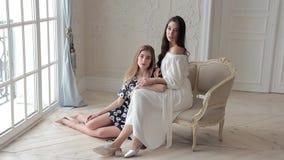 Η ρομαντική μόδα δύο διαμορφώνει την τοποθέτηση της συνεδρίασης σύμφωνα με την καρέκλα στο beaytiful εσωτερικό φιλμ μικρού μήκους