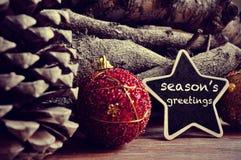 η δροσερή πράσινη φωτογραφία διακοσμήσεων διακοπών χαιρετισμών σύνθεσης Χριστουγέννων παρουσιάζει τις κόκκινες εποχές Στοκ Εικόνες