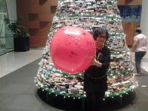 η δροσερή πράσινη φωτογραφία διακοσμήσεων διακοπών χαιρετισμών σύνθεσης Χριστουγέννων παρουσιάζει τις κόκκινες εποχές Στοκ φωτογραφία με δικαίωμα ελεύθερης χρήσης
