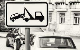 Η ρυμούλκηση υπογράφει μακριά, καμία θέση στάθμευσης, άχρωμη Στοκ εικόνα με δικαίωμα ελεύθερης χρήσης