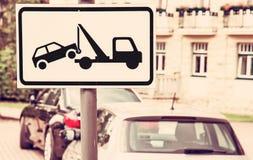 Η ρυμούλκηση υπογράφει μακριά, καμία θέση στάθμευσης, κόκκινο φίλτρο Στοκ φωτογραφία με δικαίωμα ελεύθερης χρήσης