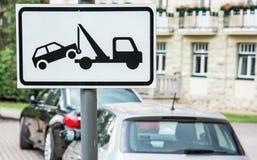 Η ρυμούλκηση υπογράφει μακριά, καμία θέση στάθμευσης Στοκ φωτογραφία με δικαίωμα ελεύθερης χρήσης