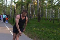Η Ρωσία, Μόσχα, μπορεί 12, το 2018, άτομο στα σαλάχια κυλίνδρων στο πάρκο, εκδοτικό στοκ φωτογραφία με δικαίωμα ελεύθερης χρήσης