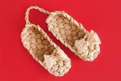 Η Ρωσία lapty είναι αγροτικά παπούτσια στο κόκκινο στοκ φωτογραφία