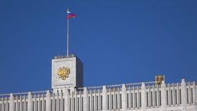 Η ρωσικά σημαία και το κράτος συμβολίζουν στην κορυφή του κυβερνητικού σπιτιού στη Μόσχα, 4K φιλμ μικρού μήκους