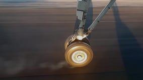 Η ρόδα των αεροσκαφών που πηγαίνουν να προσγειωθεί σε σε αργή κίνηση Η ρόδα αγγίζει το διάδρομο, η ρόδα πηγαίνει καπνός απόθεμα βίντεο