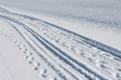 η ρόδα χιονιού βημάτων ακολουθεί το λευκό Στοκ εικόνες με δικαίωμα ελεύθερης χρήσης