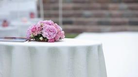 Η ρόδινη ανθοδέσμη γαμήλιων διακοσμήσεων βρίσκεται στον πίνακα φιλμ μικρού μήκους