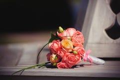 Η ρόδινη γαμήλια ανθοδέσμη των τριαντάφυλλων σε έναν πάγκο πλούσιοι στεγάζει, ευγενές θερμό βάψιμο Στοκ εικόνα με δικαίωμα ελεύθερης χρήσης