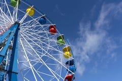 Η ρόδα Ferris, φαίνεται το κατώτατο σημείο, ηλιόλουστη ημέρα, μπλε ουρανός, σύννεφα, attr στοκ φωτογραφία με δικαίωμα ελεύθερης χρήσης