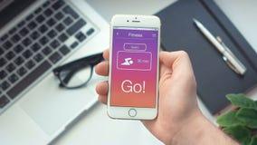 Η ρύθμιση κολυμπά το χρονόμετρο στην ικανότητα app στο smartphone απόθεμα βίντεο