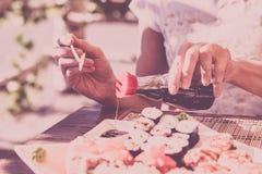 Η σάλτσα σόγιας χύνεται σε ένα κύπελλο στοκ εικόνες με δικαίωμα ελεύθερης χρήσης