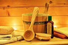 Η σάουνα χαλαρώνει το πετρέλαιο με τον ξύλινους κάδο και την κουτάλα Στοκ φωτογραφίες με δικαίωμα ελεύθερης χρήσης