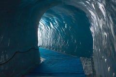 Η σήραγγα στον παλαιό παγετώνα Στοκ Εικόνα