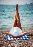 Η σαγηνευτική λήψη γυναικών κάνει ηλιοθεραπεία στην παραλία. Τρύγος. Στοκ Εικόνες