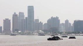 Η Σαγκάη Κίνα 10 Σεπτεμβρίου 2013, βάρκες διασχίζει τον ποταμό Huangpu στη Σαγκάη, Κίνα Άποψη από το φράγμα απόθεμα βίντεο